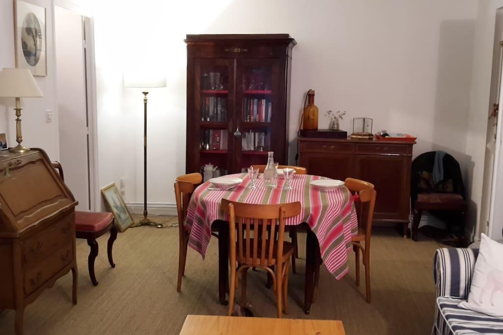Le coin salle à manger. La table peut accueillir jusqu'à 6 couverts de façon confortable.