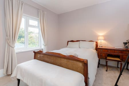 CLEAN, COMFY DOUBLE ROOM WITH PRIVATE BATHROOM - House