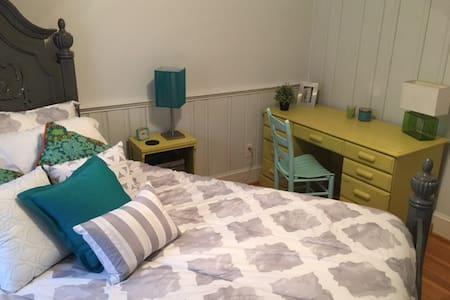 Cozy Bedroom in Great Location! - Charlotte - Casa