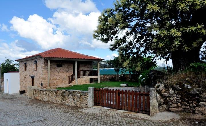 Casa de 2 habitaciones en Parada, con magnificas vistas a las montañas, jardín cerrado y WiFi - a 22 km de la playa
