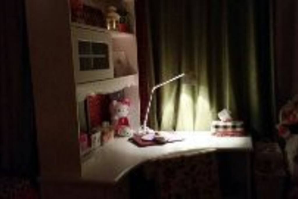 书桌 study table