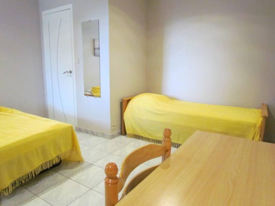La chambre 2 (ou enfants) est équipé de 3 lits, 1 grand placard coulissant.
