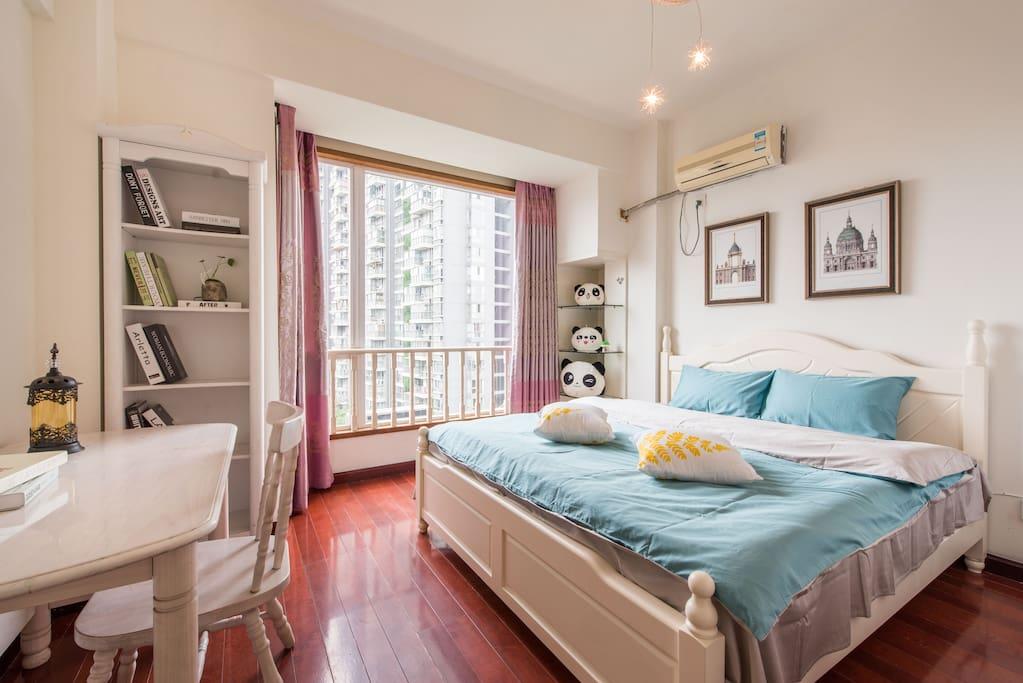 次卧,1.8米大床,落地窗,视野开阔