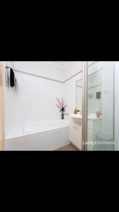 Tidy and bright bathroom ( shared with owner)