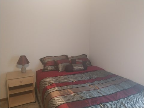 Spacious Room, private Bath & close to everything