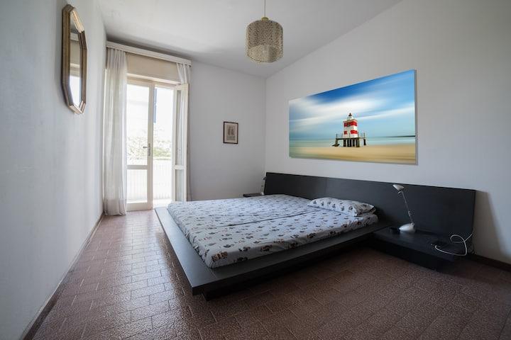 Appartamento con terrazzona in zona comodissima