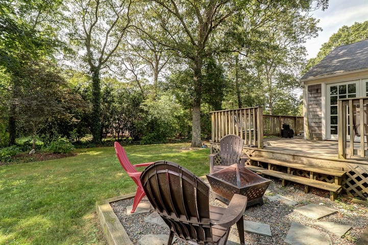 Cozy Cape home with outdoor shower and deck - minutes from beach!