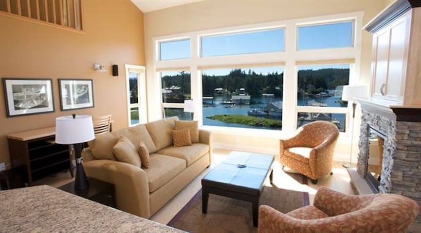 Stunning 2 Bedroom Condo + Loft in Sunshine Coast