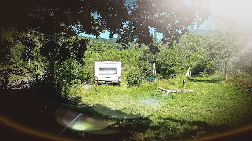 Grande caravane avec source d'eau chaude thermale
