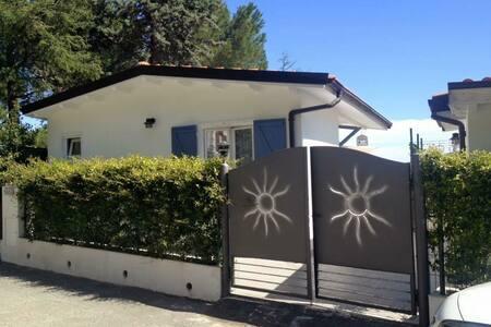 Casa bianca con terrazzo e vedute spettacolari