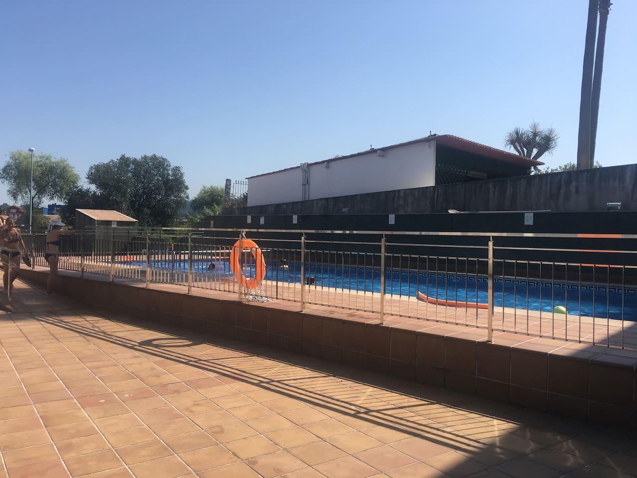 Picina gratuita y patio en el edificio con vistas a la Ría de Pontevedra