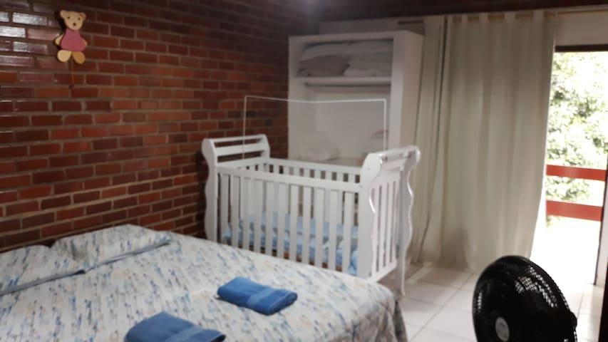 Quarto 1 - suíte principal com cama king, berço americano, rede na varanda e tv smart.