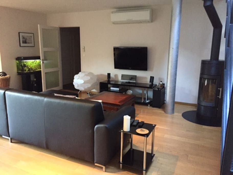 Salon côté TV et poêle à bois