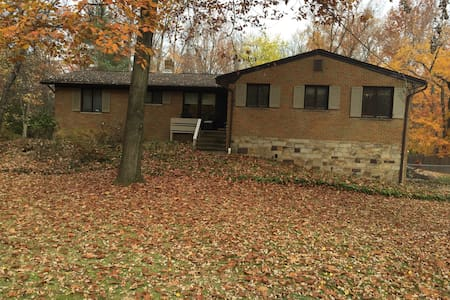 Cleveland suburb home close to RNC - Parma - Huis