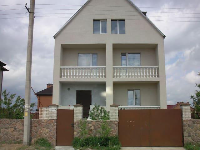 светлая уютная комната с балконом