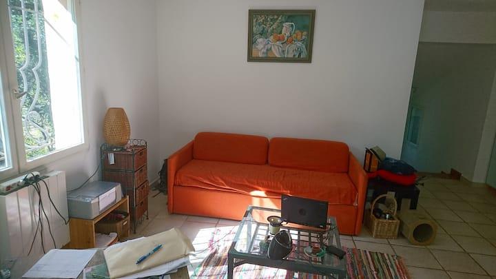 Grande chambre dans jolie maison à la campagne