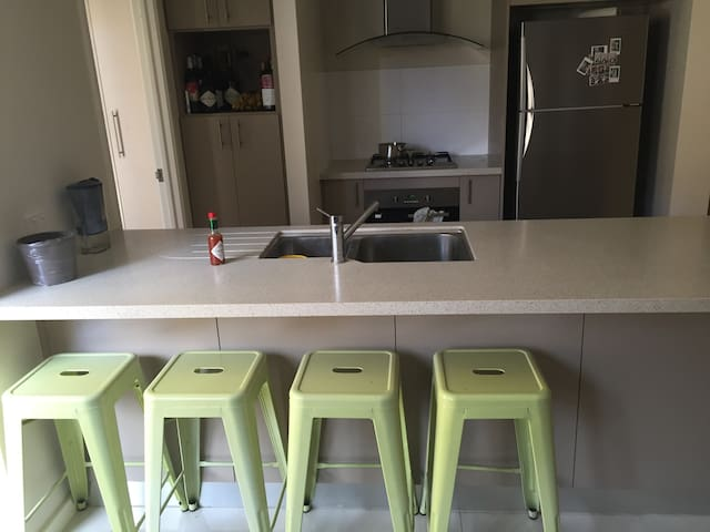 Single bedroom in townhouse by city&beaches - Glendalough