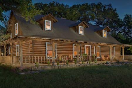 Beautiful Austin Log Home - Austin