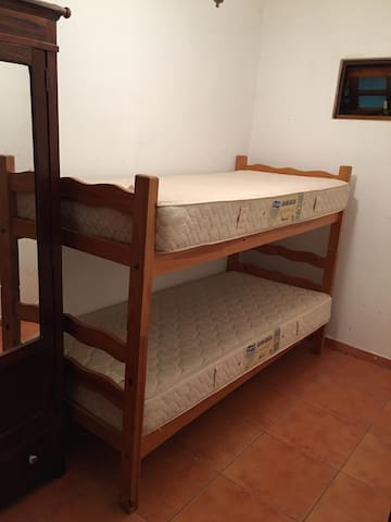 Quarto beliche (com 2 camas de Solteiro e 4 colchôes)
