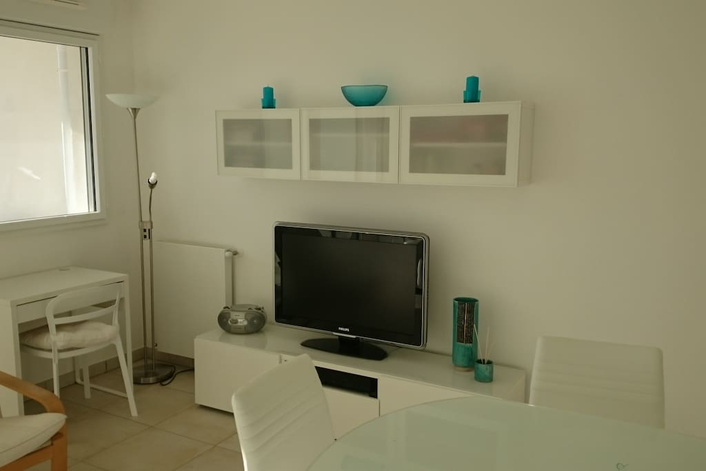 coin télé, avec TV d'Orange plus Netflix, live Box, lecteur dvd blue ray, téléphone fixe