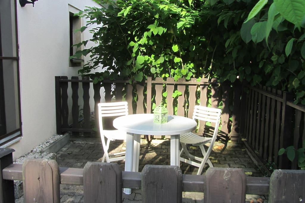 Sommergrüne Terrasse