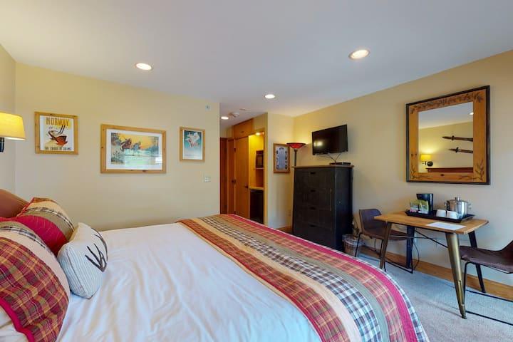Lodge-style, ski-in/ski-out studio w/ fast WiFi & shared pool, hot tub, laundry!