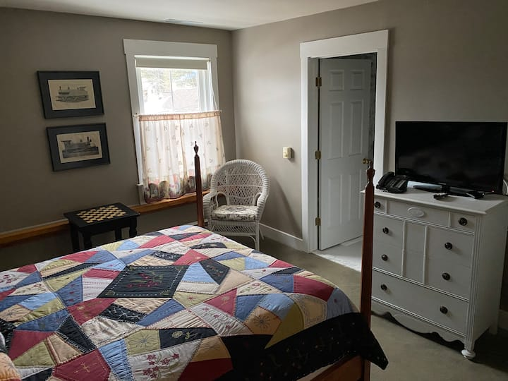 Sleeps 2, cozy inn, rest & Pub onsite killington