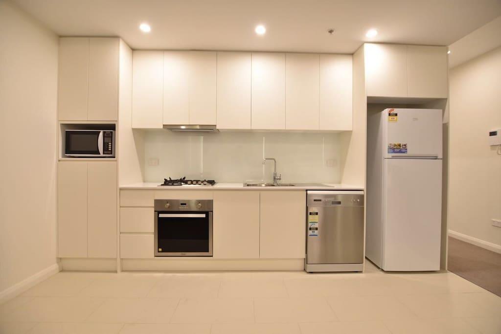 一体化开放式厨房,全套全新欧洲厨电