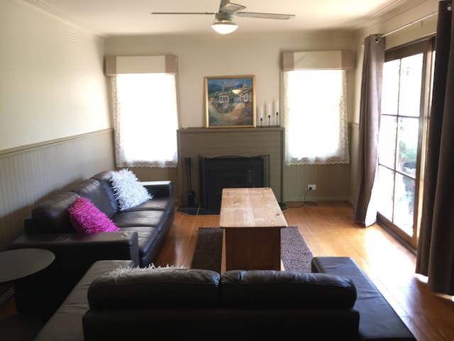 Cute Circa 1965 Country Cottage - Hastings - Casa