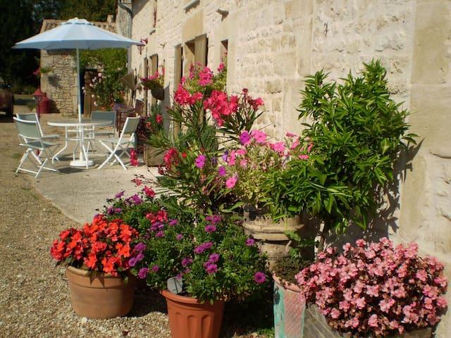 L'Hirondelle, 4 bedroom gite in Poitou-Charentes - Sauzé-Vaussais - House
