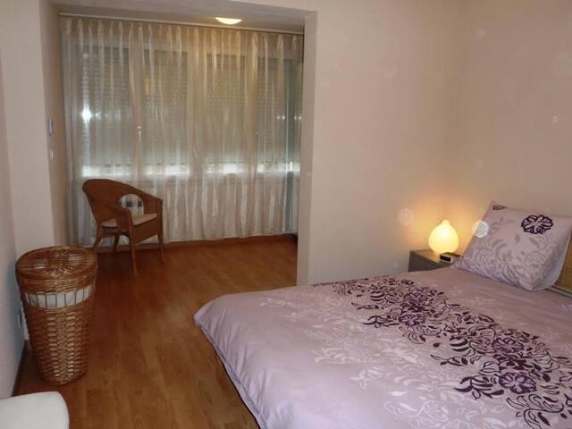 Bedroom 1, queen-size bed
