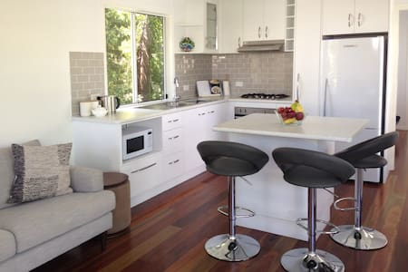 Private 1-bed Granny Flat in tropical oasis - Railway Estate