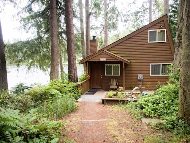 Charming private lake house with private dock (242) - 242