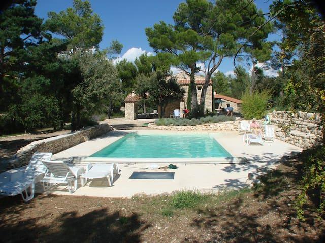 Superbe mas  provencal, piscine chaufée - Murs - บ้าน