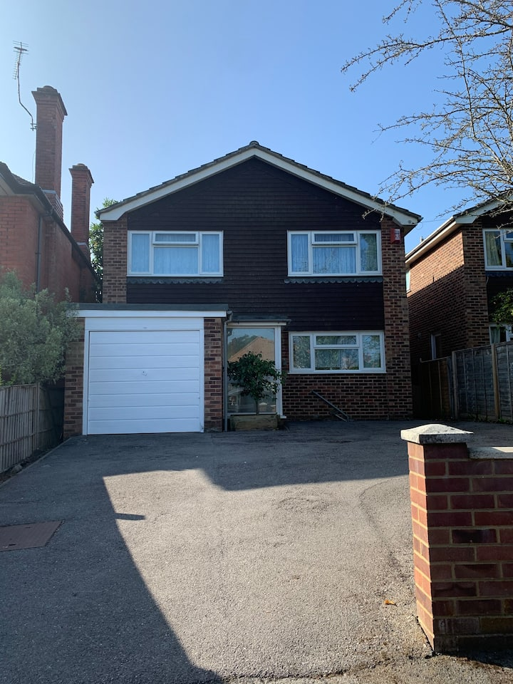 Best Value Executive 4-Bed House with Garden