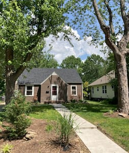 Cozy 3 Bedroom N. Carbondale with drive & backyard
