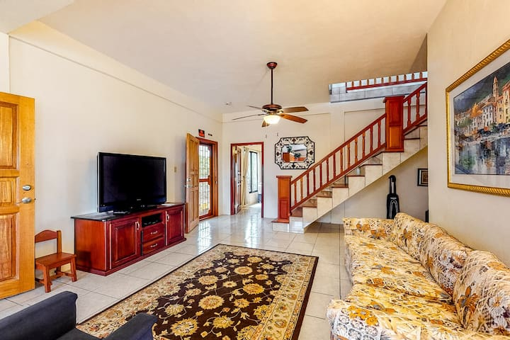 Enchanting family-friendly home w/mountain & city views, basket & volley courts