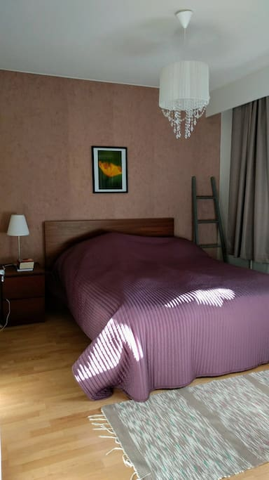 Makuuhuone. Sängyt saa myös erilleen. Hylly- ja kaappitilaa järjestyy.