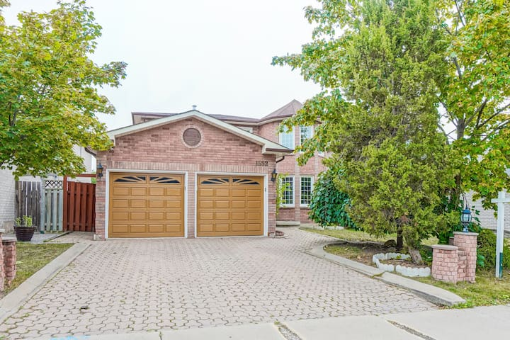 Beautiful house in center Mississauga(East Credit)
