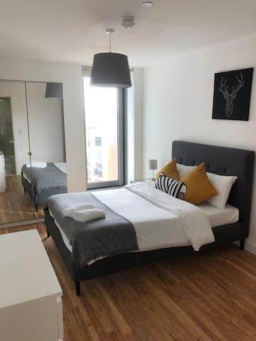 Large en-suite room in peaceful, clean 2 bed flat.