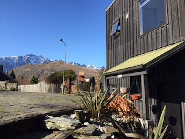 Conveniently located with mountain and lake views - Queenstown - Casa