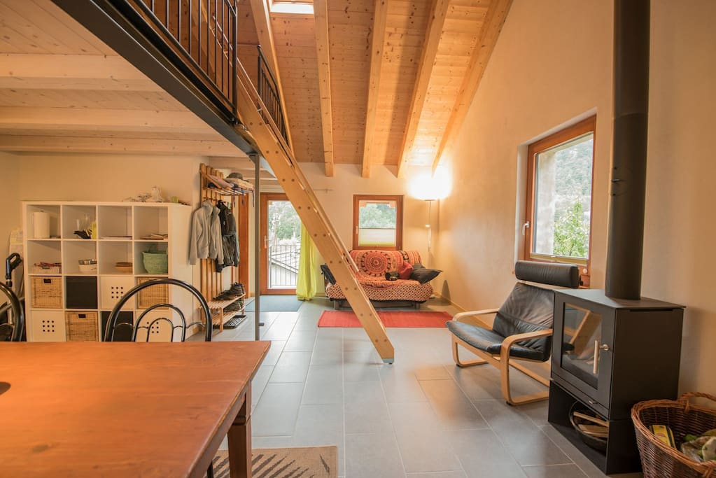 Wohnzimmer mit Holzofen