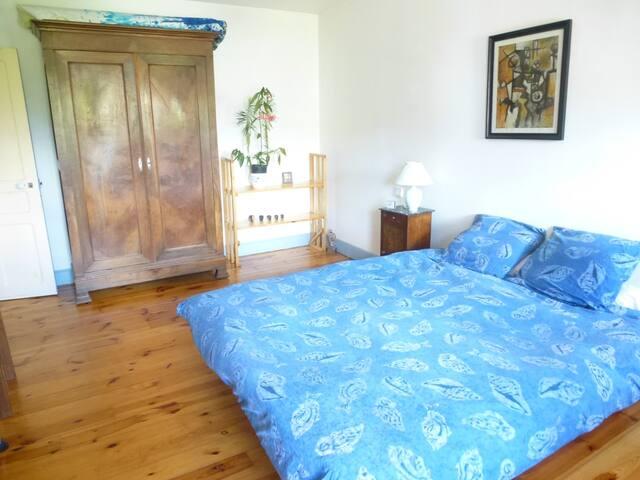Grande chambre dans maison / logement entier l'été