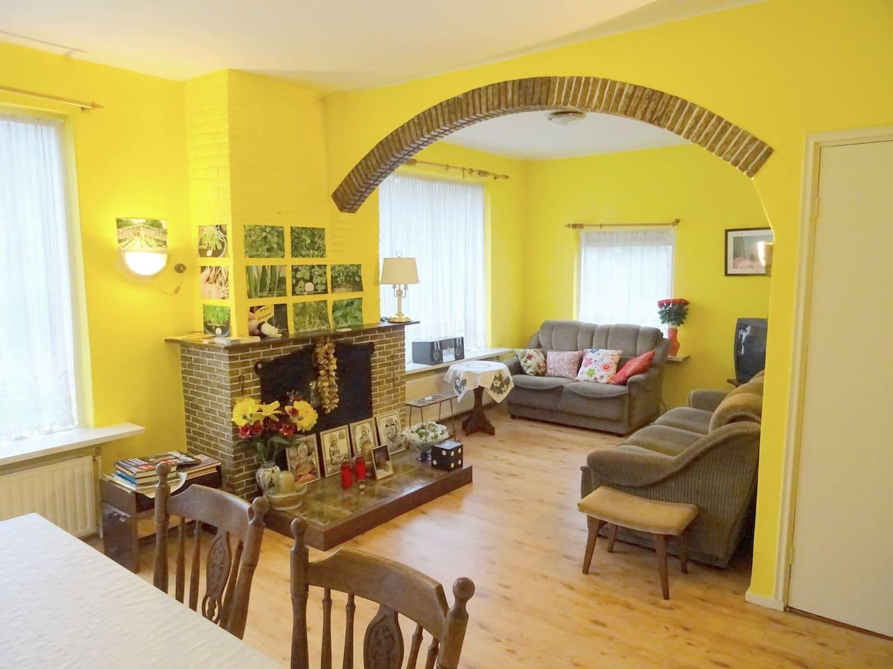 Licht en ruimte kenmerken de gezellige woonkamer.