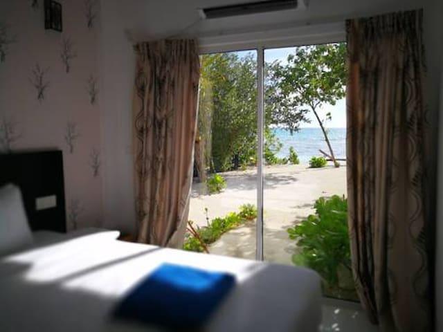 Crown beach hotel (dhiffushi)