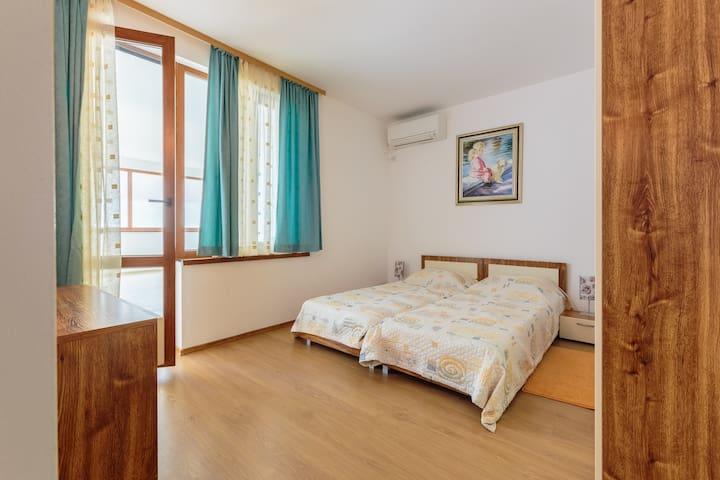 Спалня с две единични легла