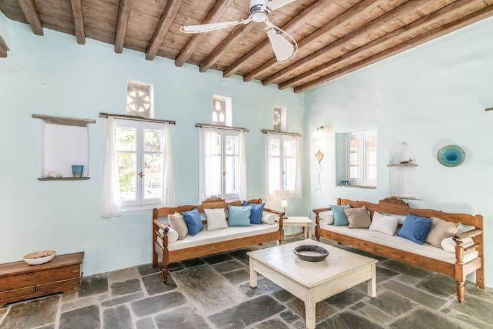Iris  - Traditional house in Pyrgos