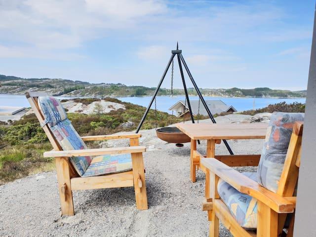 Moderne hytte ved sjøen. Båt kan leies!