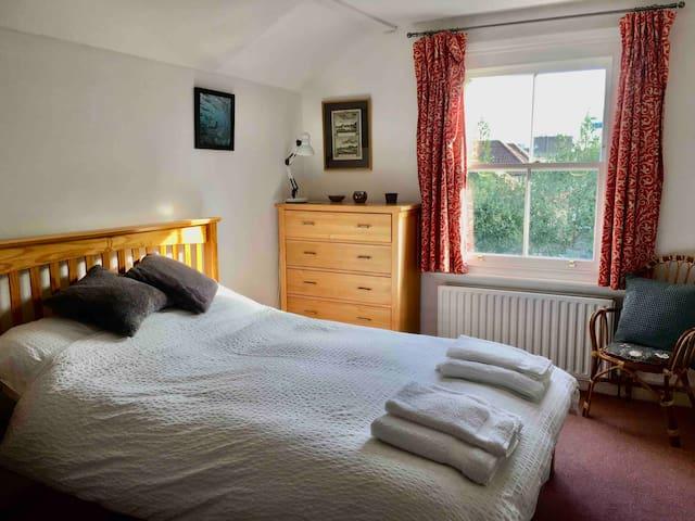 Lovely room near NPL,Twickenham rugby & Bushy Park