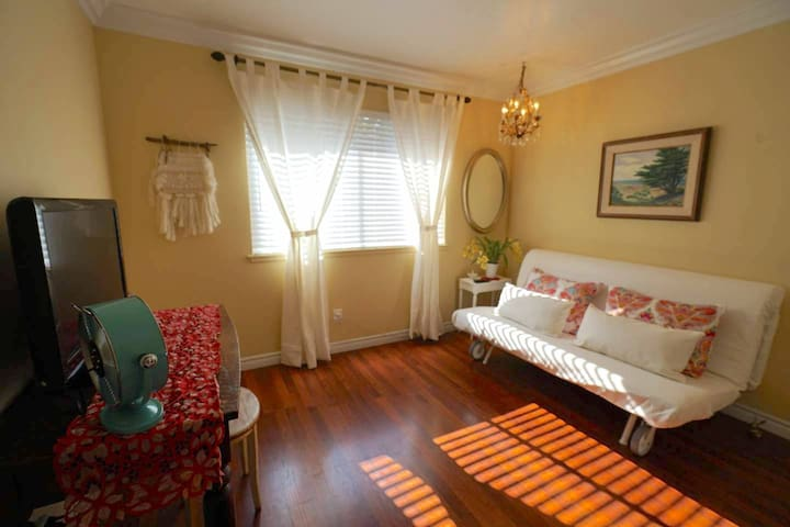 Bright quiet charming room with amenities